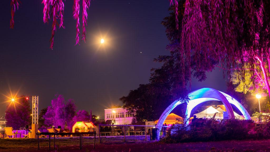 open air location berlin bunte lichter beleuchten bäume und Umgebung