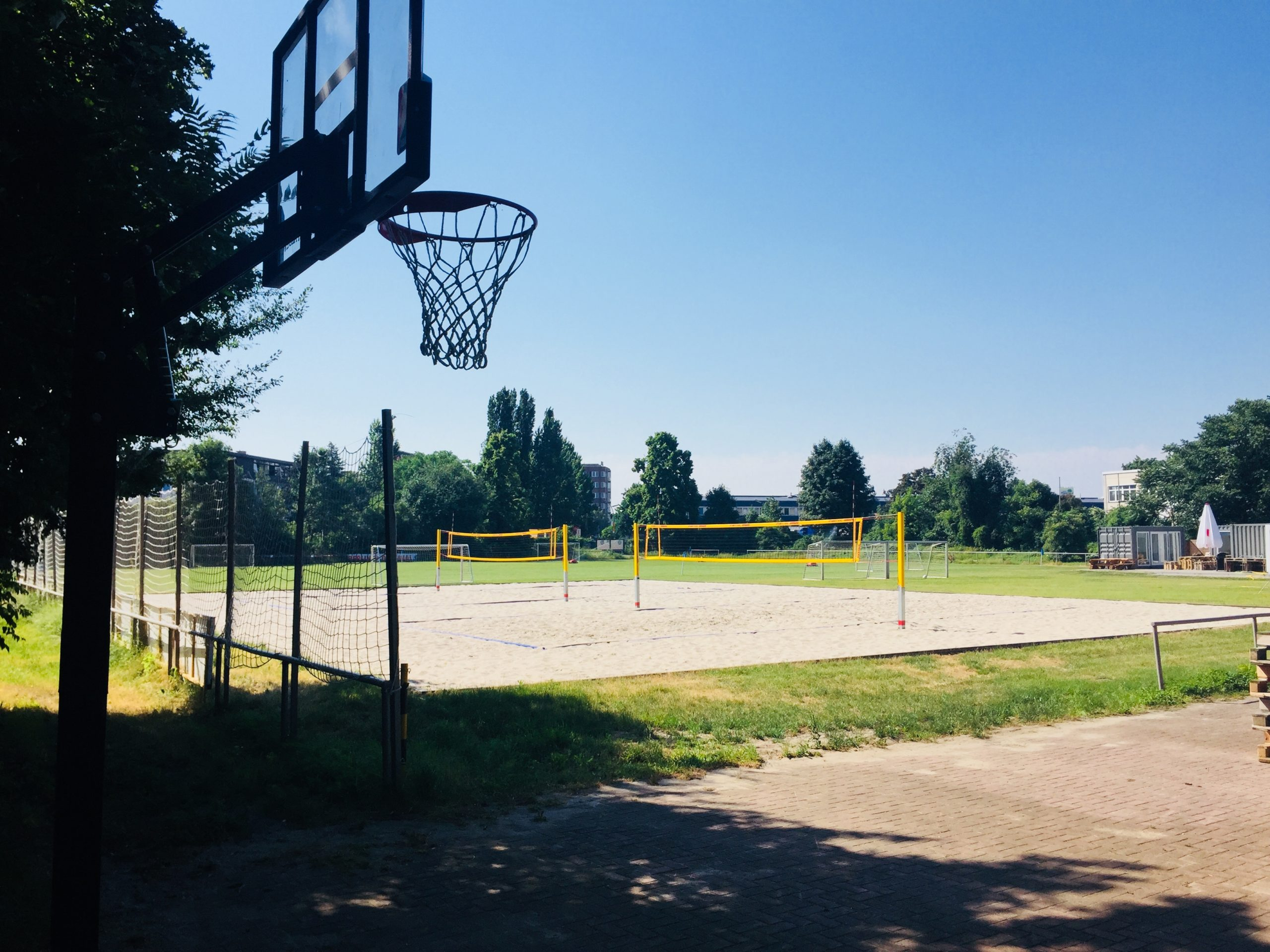 open air location berlin basketball korb im schatten mit blauem Himmel