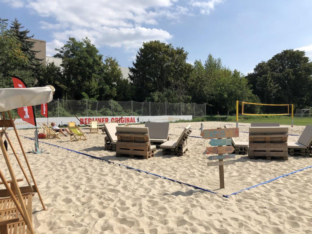 open air location berlin Sitzmöbel stehen auf sand mit beachflair