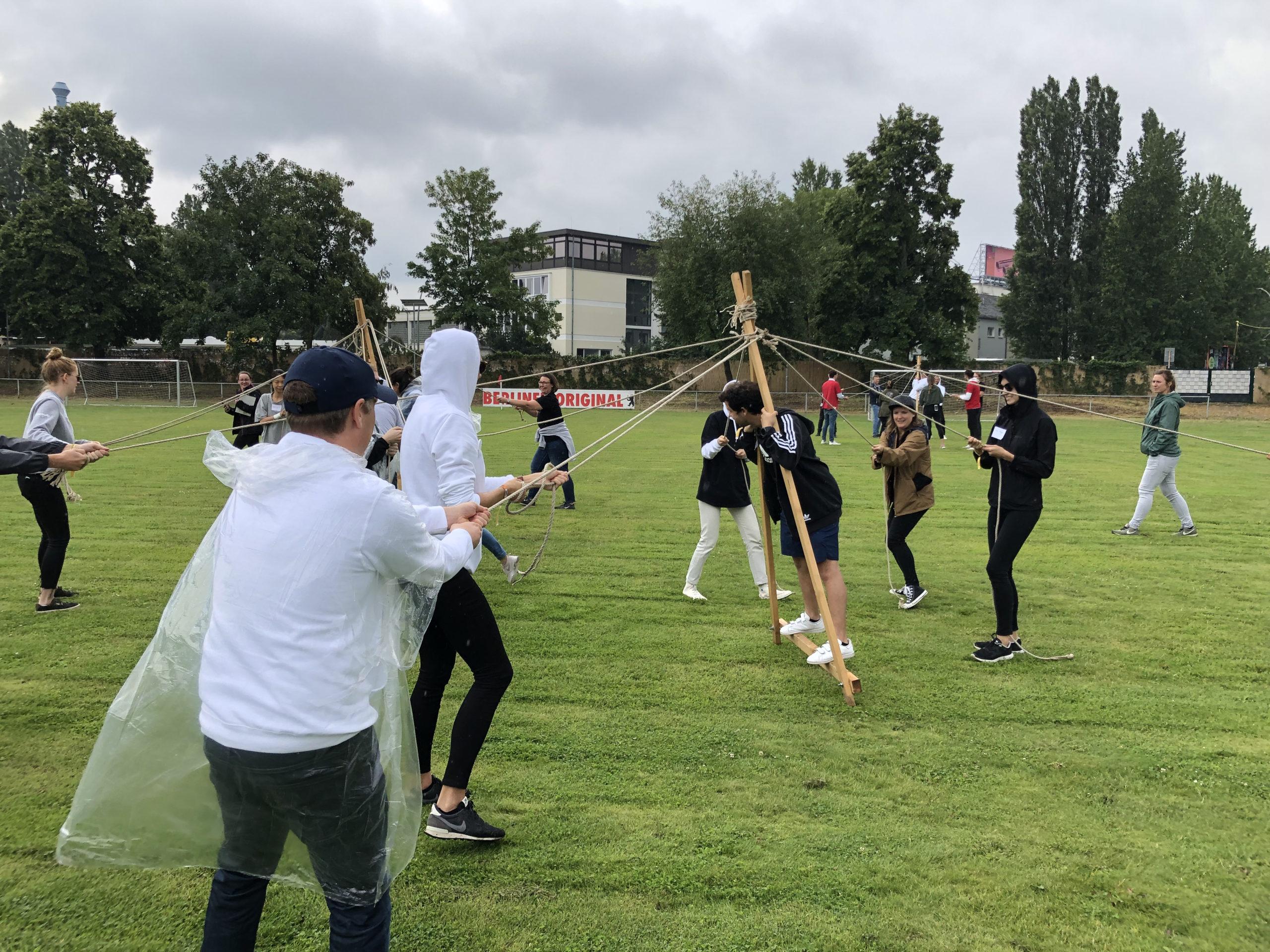 open air location berlin jugendliche teamwork spiele auf Rasenfläche